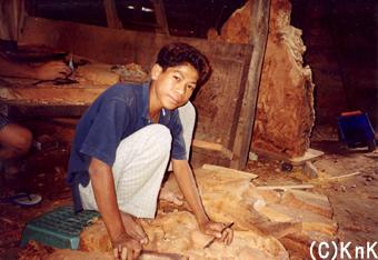 僕はKnKカンボジアのサポートで木彫りの職業訓練を4年間受けました。そして2004年12月に若者の家を卒業することができました。そして今、僕は結婚し子どもを一人授かりました。僕は父親であるだけでなく社会の一員として自立することができたんです。僕はKnKで得た技術で家族を養っています。そして、義理の弟2人を自分の職場に招いて一緒に仕事をしています。 (ピック/24歳) 2001年、若者の家に来て2年目のピック。このときは木彫りの卵だった。
