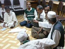 これまでの活動が計画通り進められているか講師を中心に議論するメンバー