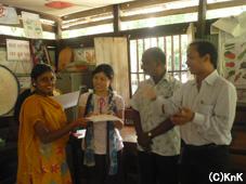 授与される職業訓練センターの生徒たち
