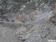 この付近では現在も道路復旧のための 工事が続いている。