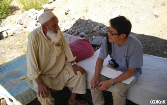 学校の管理者であるゴラーム・フセインさん(左)、50歳。 彼の家族もテントの設営や学校の運営に協力してくれている。