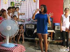 歌を披露する少女