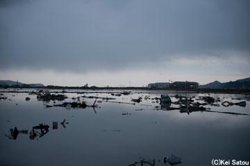 地盤が沈下し、海が1km近くも内陸に侵食してきた。