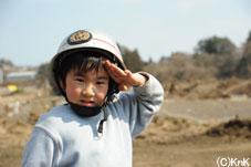 陸前高田市小友小学校前で消防団の方々が瓦礫撤去をしていた。この5歳の少年も消防団である父親の手伝いをしていた。