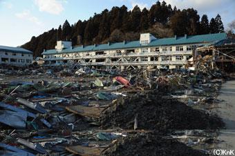 地震が発生し生徒は全員校庭に避難したが、津波が来たため学校裏の高台にある建物に避難した