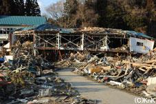 津波は大きな体育館を押し流し校舎と重なり合わせる形となった