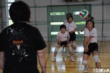 小学生とはいえ、各チームとも本格的な練習です。
