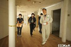 釜石市教育委員会の方々のご案内で青葉 ビルを見学する鷹野社長
