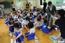 本を受け取る生徒たち