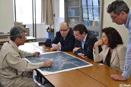 フランス大使夫妻と山田町役場を訪問中のKnK事務局長(右端)。