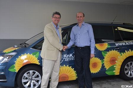 KnK事務局長(左)とプジョー・シトロエン・ジャポン社長のティエリー ポワラ氏(右)