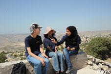 ウンム・カイスでインタビュー。後ろにはゴラン高原とシリア、イスラエルが望めます