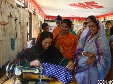 初めて足踏みミシンの使い方を習う村の女性たち。センターはいつも笑い声が絶えません。ジョラバリ村