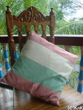 試作的に織った生地で作ったクッション第一号。コットン100%、柔らかな手織りの風合いです。