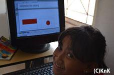 コンピュータを学ぶ女子。インドネシアと日本の国旗を描いてくれた。