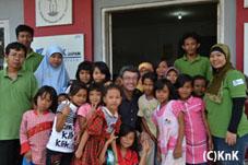 センターに集まる子どもたち、KnK事務局長、センターのスタッフ。