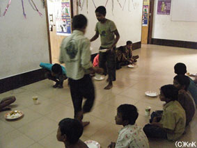 ボランティアの子どもたちが掃除や給仕をします。