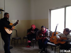 音楽コースではギターの練習をします