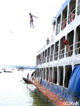 危険な船乗り場で遊ぶ子どもたち