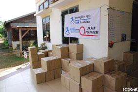 衛生用品の準備には、KnKのスタッフ、「若者の家」の青少年、 IGA生産者など、総動員で取り掛かっている