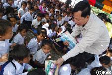 この日はバッタンバン教育局長と共に、配布を実施した