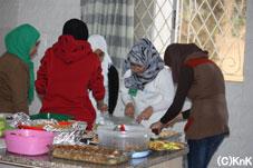 料理を取り分ける青少年たち