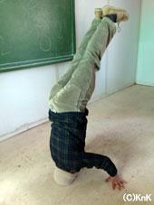 演劇のクラスで、「オープンフロア」の時間に、ブレイクダンスをする生徒