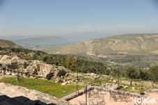 ウンムカイスの景色。遠くにはシリアが見える。