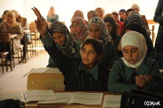 学校で勉強するシリア難民の子どもたち