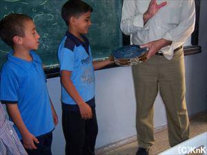楽器の演奏を教えることも。子どもたちは初めて触る楽器に興味津々