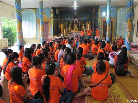 お寺で僧侶から説法を受けるKnKのみんな
