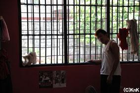広く明るい窓があるとはいえ、 ナボタス鑑別所と条件は変わりない