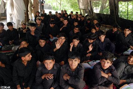 テントで授業を受ける生徒たち
