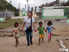 幼い子どもたちも、チルドレンセンターの授業に興味深々。(タナワン)