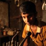 町工場で働く少年。「自分が働かなければ家族が生活できない」(ボリシャル)