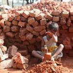 レンガを砕く仕事をする5歳の少女。12時間働いて日給は約40円。(ダッカ)