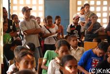 立ち見状態で授業を受ける生徒も多い