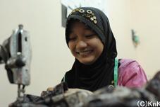 縫製の技術を身につけ収入を増やしたいと願う女性たち