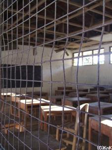 机はたくさんあるのに、  椅子が1つしかない教室もある