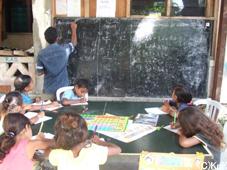 センターの識字教室に参加する子どもたち