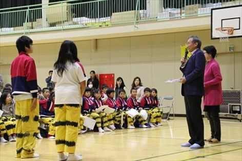 釜石小学校の子どもたちと国境なき合唱団のメンバー