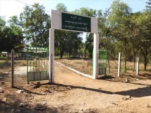 補習された門とフェンス