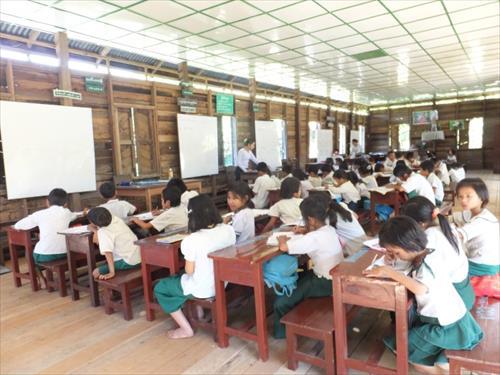 明るい教室で勉強する子どもたち