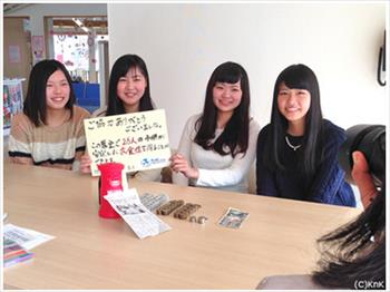 この「5円玉のご縁」物語について、地元新聞社の取材を受ける〝釜石5円玉ガールズ〟