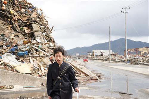 2011年4月:瓦礫の脇を通り通学する高校生(大槌町)