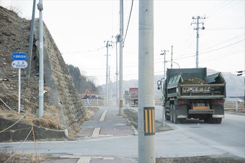 2015年2月:砂利を積んだダンプが行き交う(大槌町)