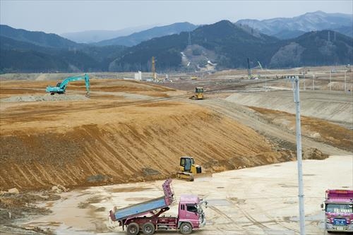 2015年2月:山を削り町全体がかさ上げされている(陸前高田市)