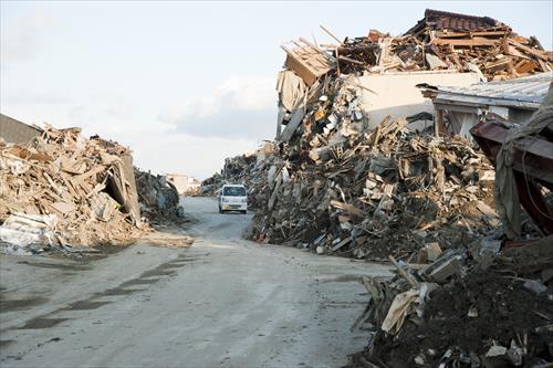 2011年3月:道路脇に瓦礫の山ができた(陸前高田市)