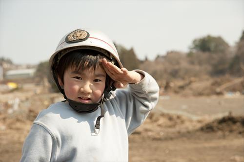 2011年3月:がれき撤去の手伝いをする5歳の少年(陸前高田市)