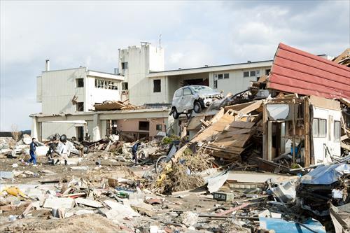 2011年3月:全壊した気仙中学校。全生徒及び教職員は無事避難した(陸前高田市)